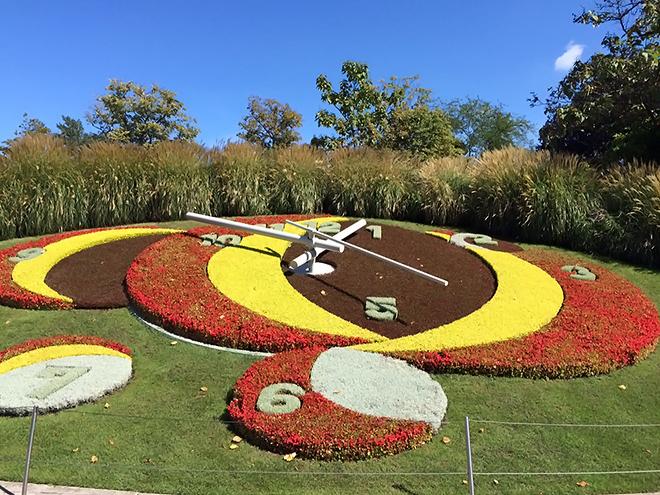 季節ごとにベースカラーを変えるレマン湖近くの花時計