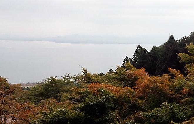 湖東と湖西、それぞれの秋色