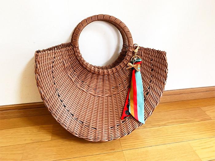 かごバッグと合わせるスカーフ
